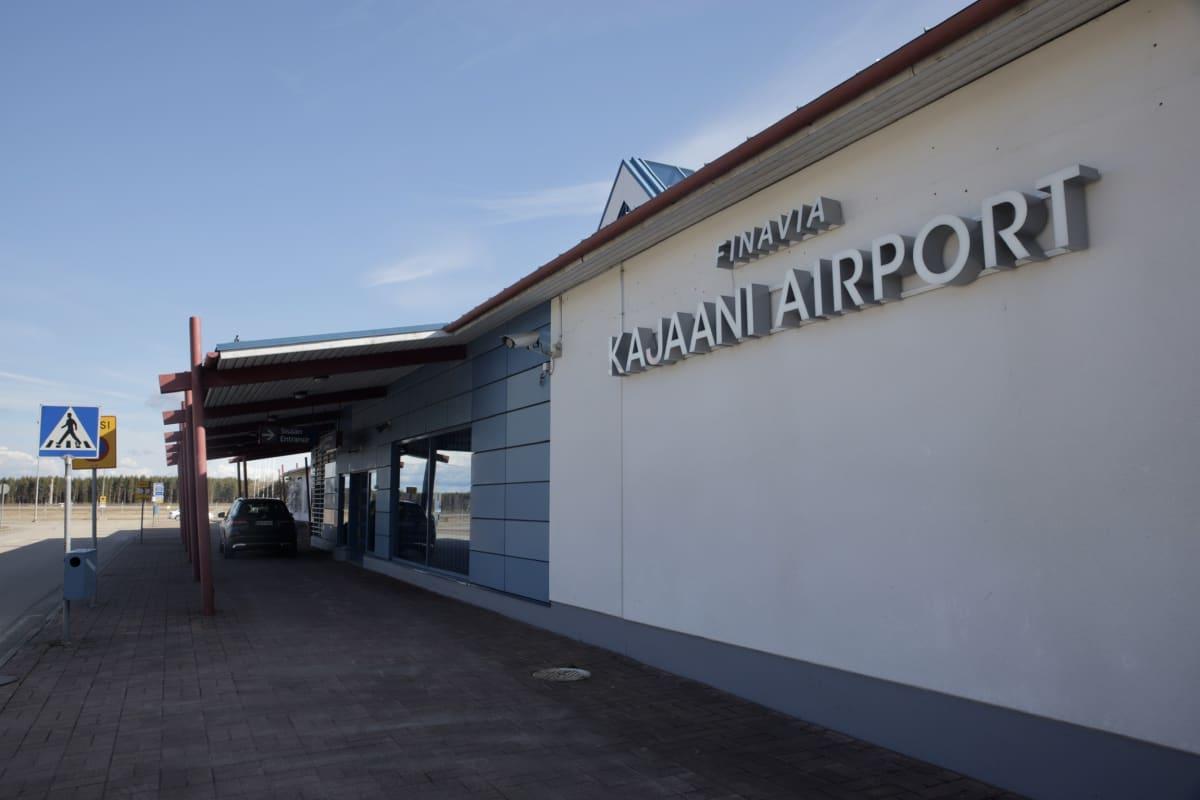 Kajaanin lentoasema lähtevien terminaalin edustalta kuvattuna.
