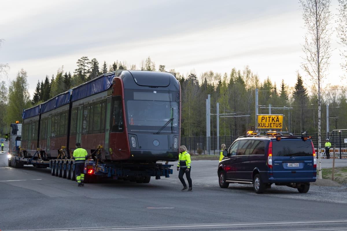 Ensimmäinen raitiovaunu saapuu Tampereen Ratikan varikolle