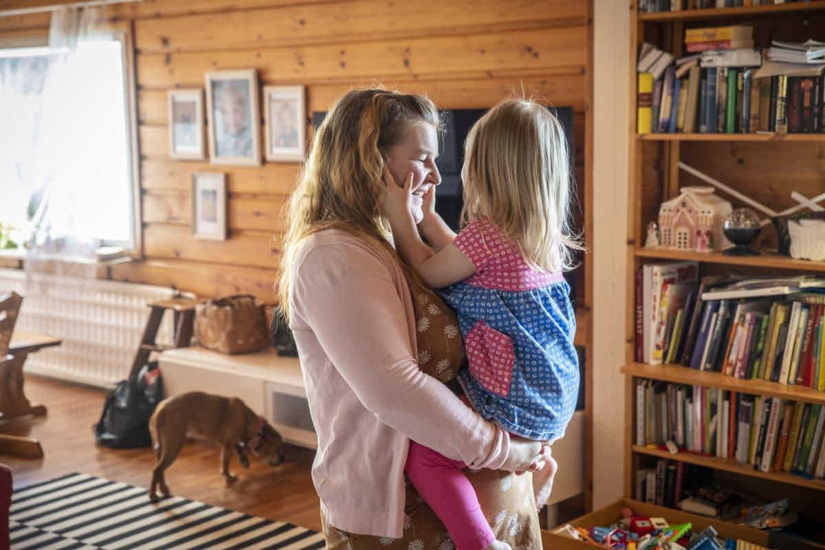 Riina Pirskanen ja hänen lapsensa Vieno
