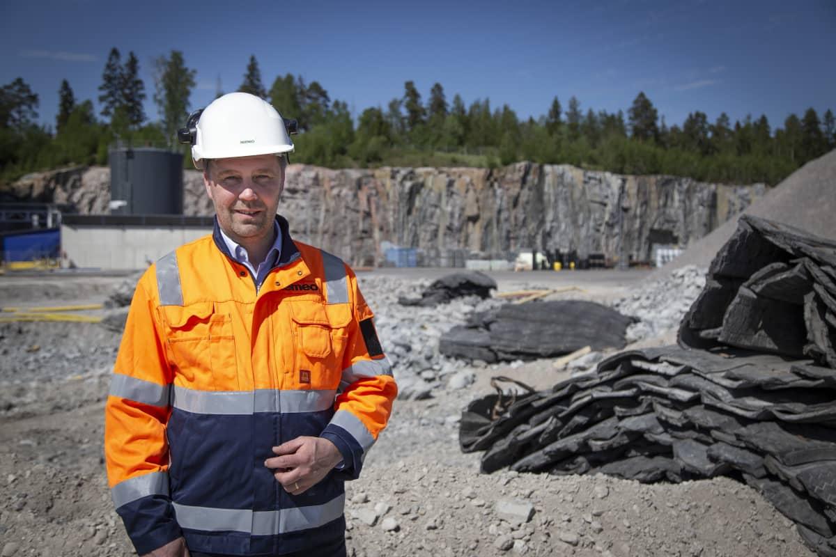 Remeo oy:n projektijohtaja Vantaalle rakennettavan rakennusjäte kierrätyslaitoksen työmaalla 27.5.2020..