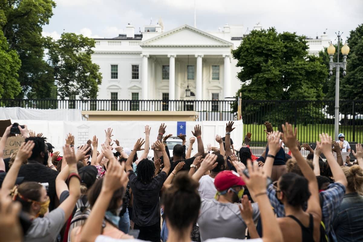 Yhdysvalloissa Valkoinen talo suljettiin lyhyesti laajojen mielenosoitusten takia.