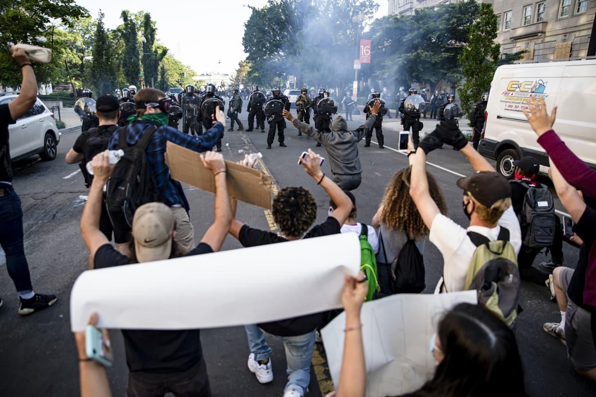 George Floydin kuolemasta käynnistyneet protestit kärjistyivät maanantaina Washingtonissa.