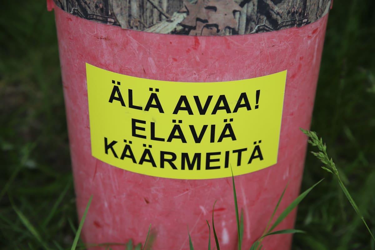 Urpo Koposen säilytyspurkki käärmeen pyydystämistä varten Kotkan kumparepuistossa.