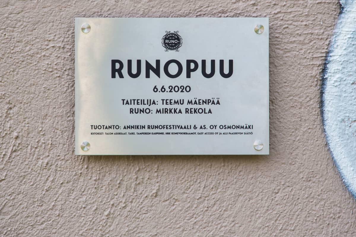 Taiteiija Teemu Mäenpään Runopuu-muraaliteos Tammelassa Tampereella.