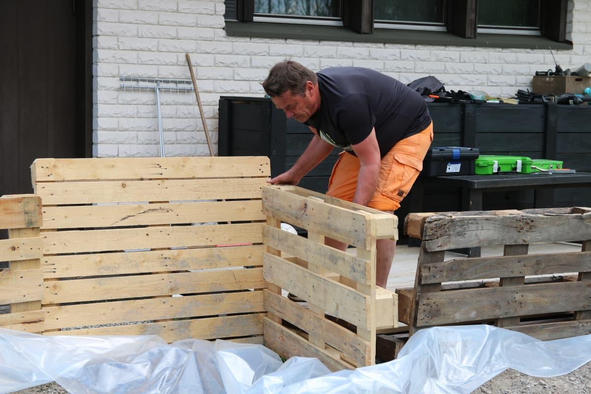 Jussi Uutela purkaa tulvasuojausta talonsa ympäriltä