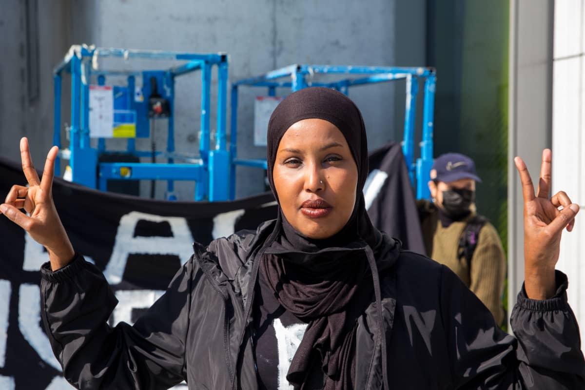 Libin Mohamed mielenosoituksessa.