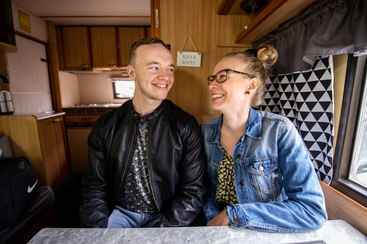 Jani Keto ja Anni Vilkki istuvat asuntoautossaan.