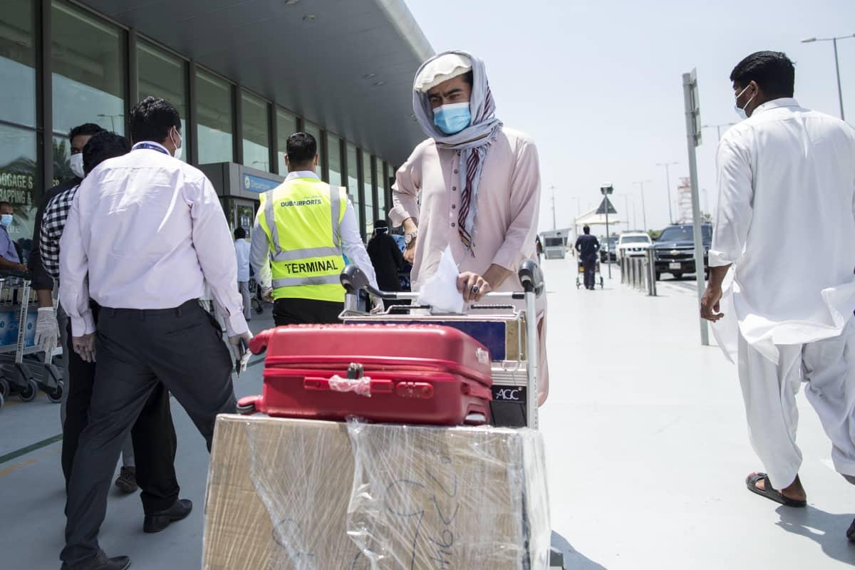 Dubain lentokentällä oli huhtikuun alussa evakuointilentoa odottavia vierastyöläisiä.