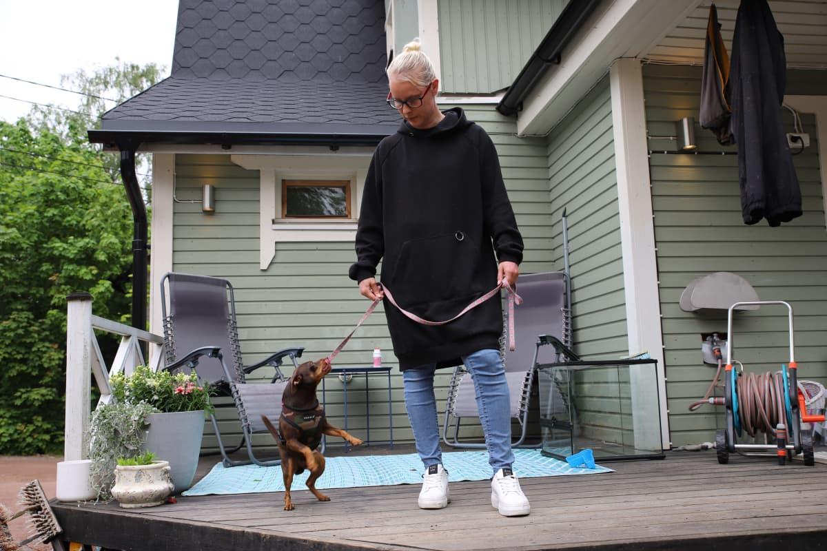 Tiia Honkasalo koiransa kanssa Kotkassa.