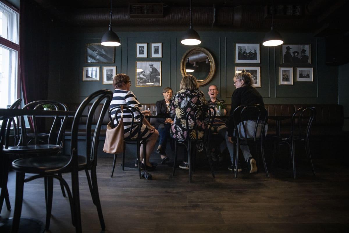 Ystävykset, Laila Uronen, Hanny Kärkkäinen,  Erja Kangas, Pirjo Savolainen ja Eila Ruotsalainen istumassa iltaa Ravintola Kummisedässä Kuopiossa.