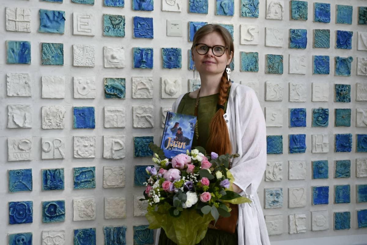 Kirjalija Mervi Heikkilä ja Jaan ja Jäähammas -lastenromaani.