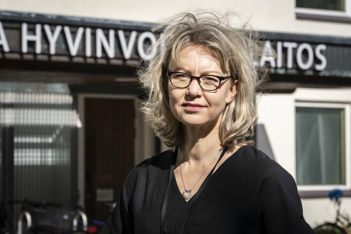 THL:n ylilääkäri Tuula Hannila-Hendelberg poseeraa THL:n pääovien edessä.