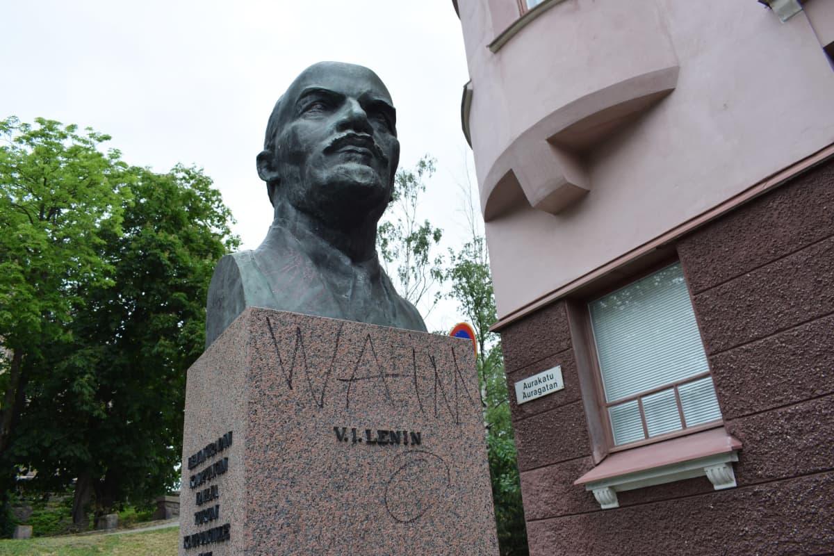 Leninin patsas Turun taidemuseonmäellä.