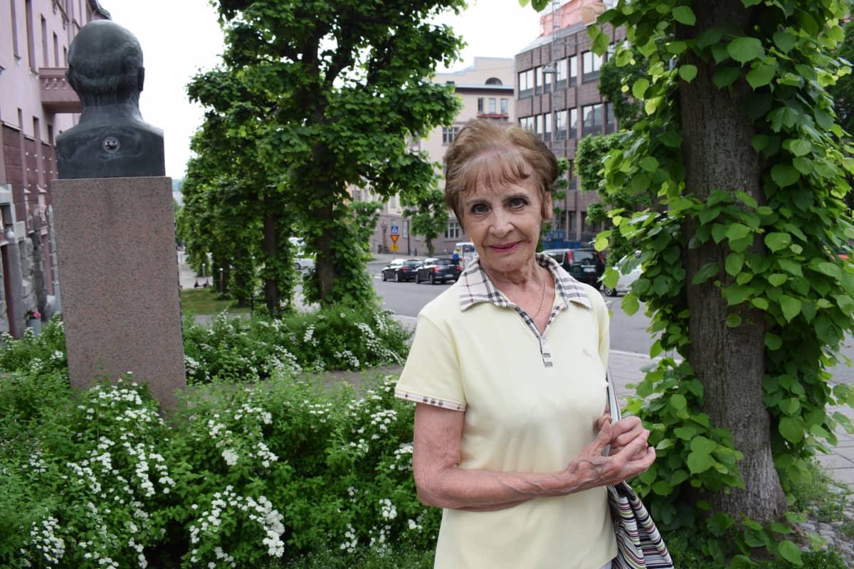 Anja Nordlund Turussa Leninin patsaan takana.