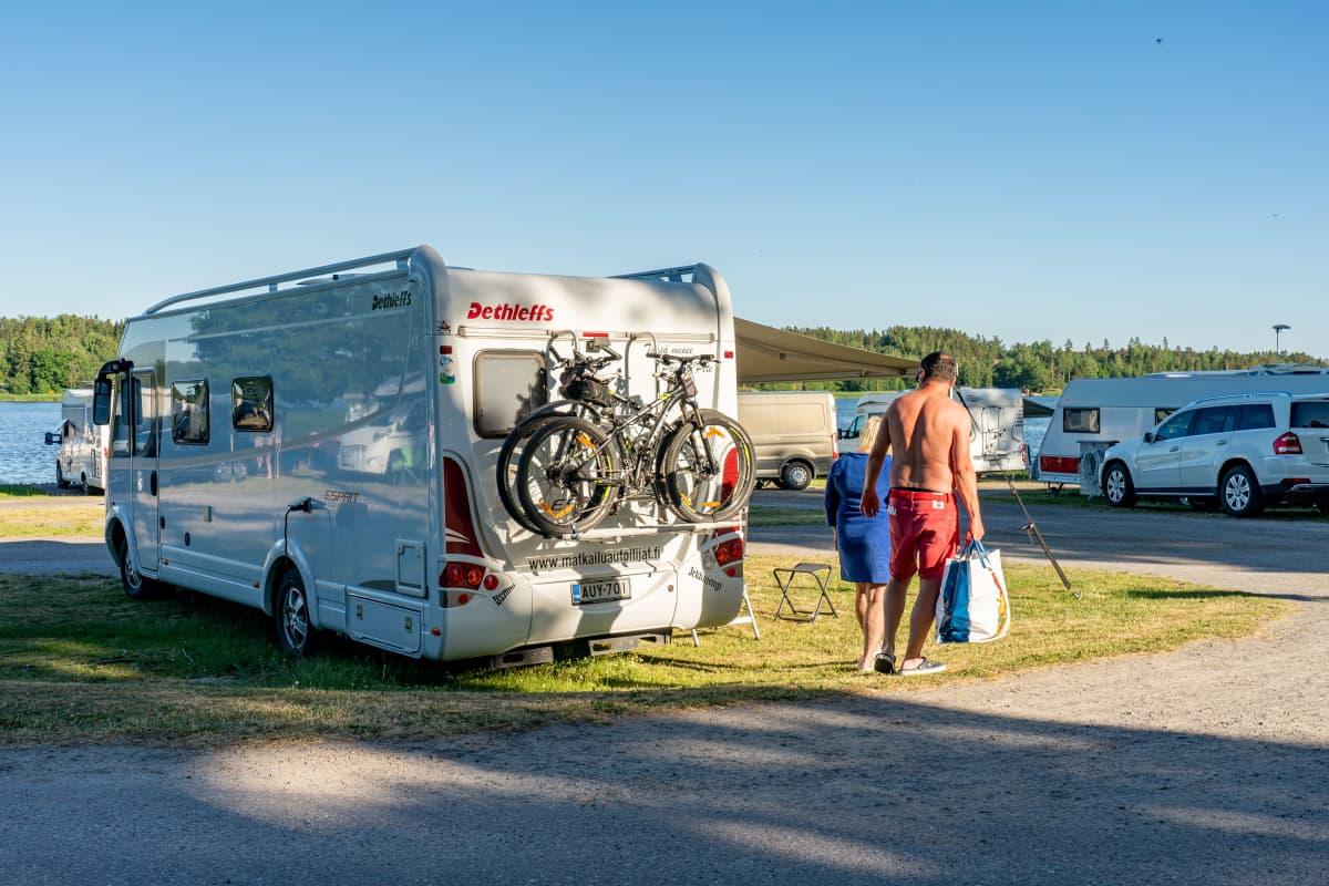 Matkailuauto leirintäalueella.