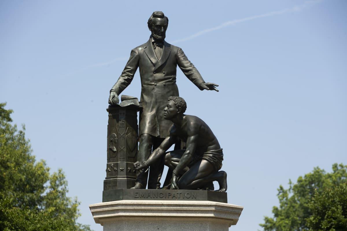 Patsas, jossa seisova Lincoln pitää kättään polvillaan olevan orjan yllä.