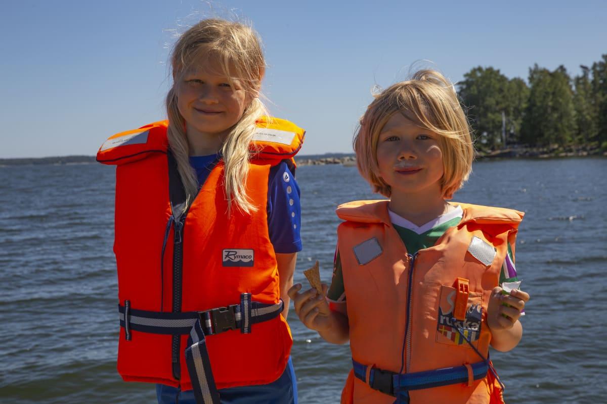 Lapset pelastusliiveissä laiturilla.