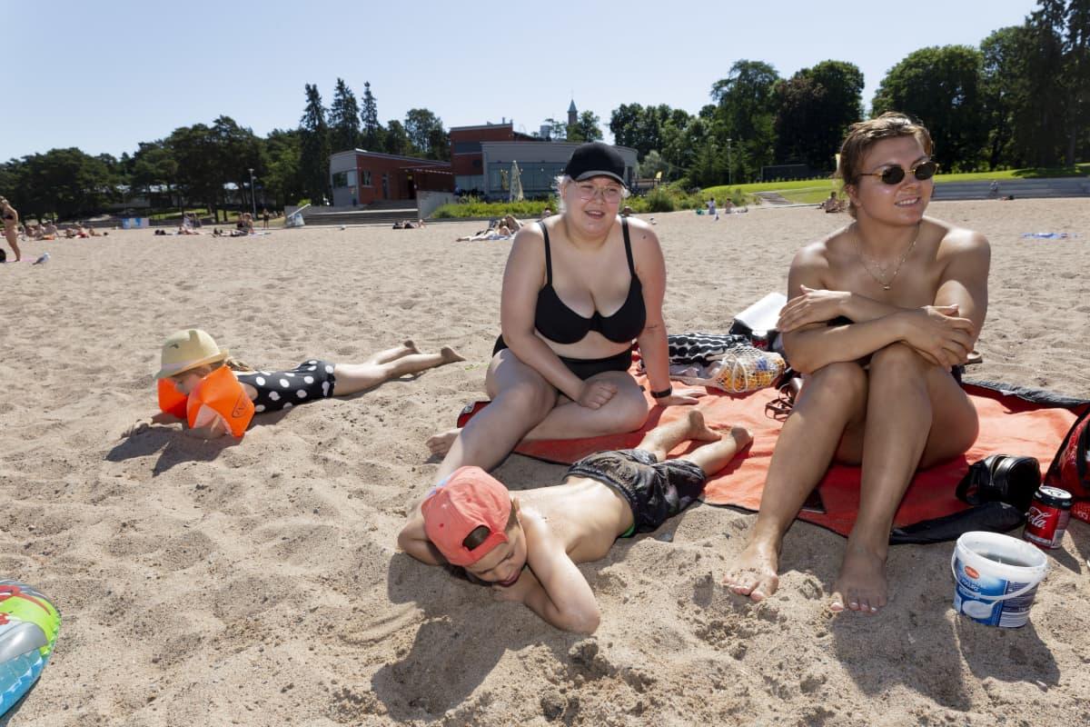 Dilara Özgur, Demir Öxgur, Mirva Samuelsson ja Anita Özgur Helsingin Hietaniemen rannalla.