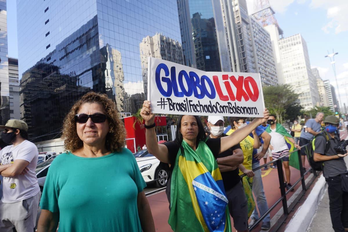 Brasilian presidentin Jair Bolsonaron kannattajia osoittaa mieltään São Paulossa 21. kesäkuuta. Mielenosoittajat vaativat korkeimman oikeuden lakkauttamista ja armeijan väliintuloa.