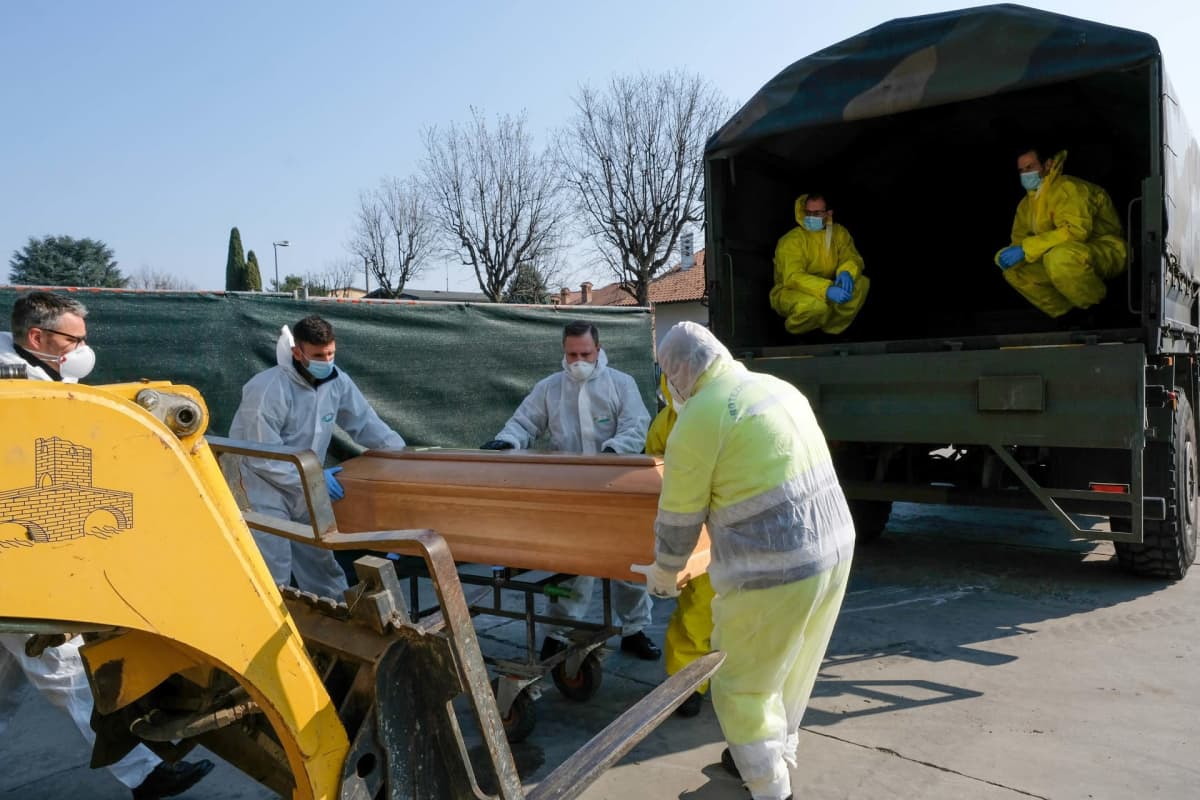 Ruumisarkkua siirretään sotilaskuorma-autoon.