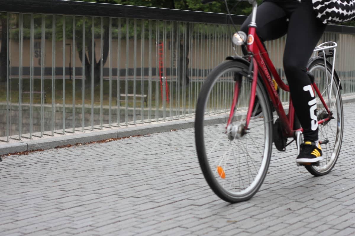 Lähikuva pyöräilijästä Turun katukuvassa.