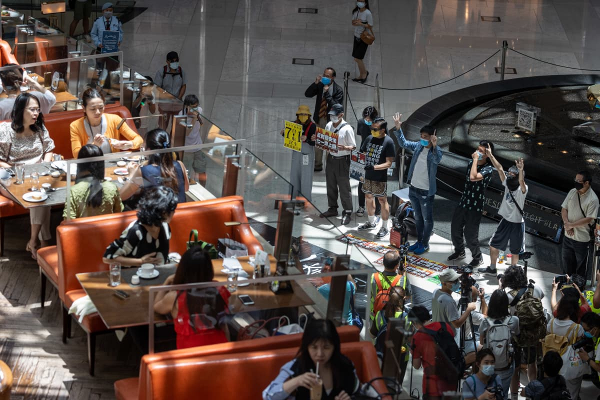 Demokratiamielenosoittajat järjestivät lounasmielenosoituksen ostoskeskuksessa Hongkongissa 30. kesäkuuta 2020