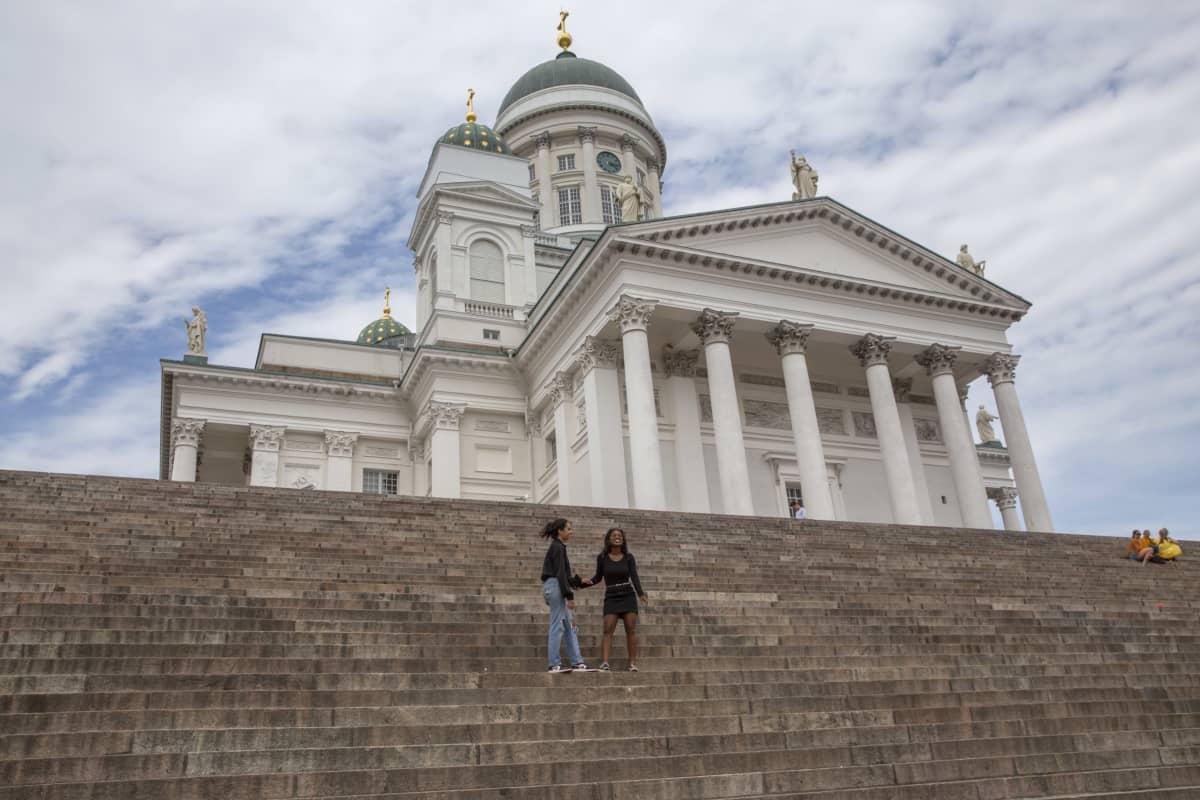 Sara Balhas ja Andrea Moukoko Tuomiokirkon portailla.