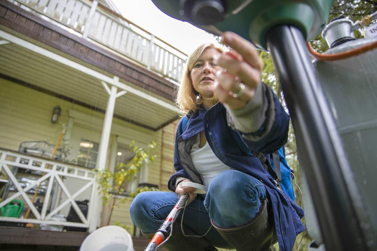 Lorna Culverwell tutkii hyttyspyydystä kotipihallaan Hattulassa.