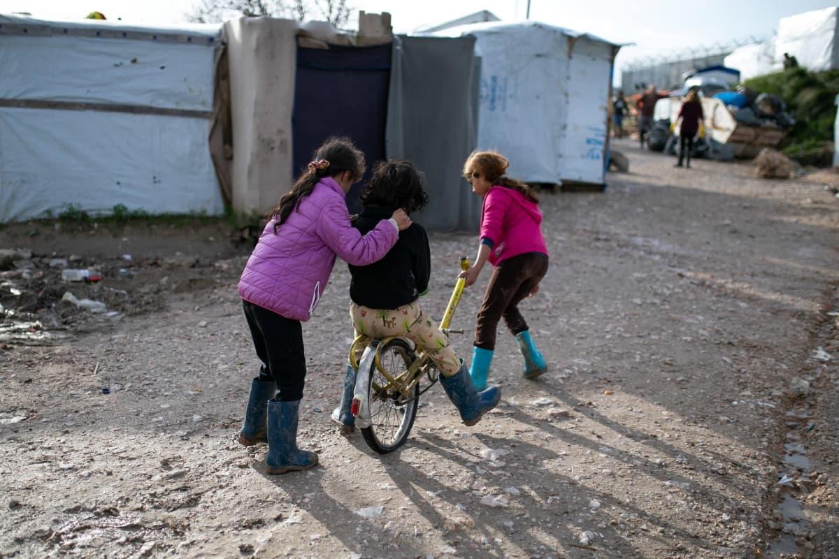 Lapsia leikkimässä pakolaisleirillä