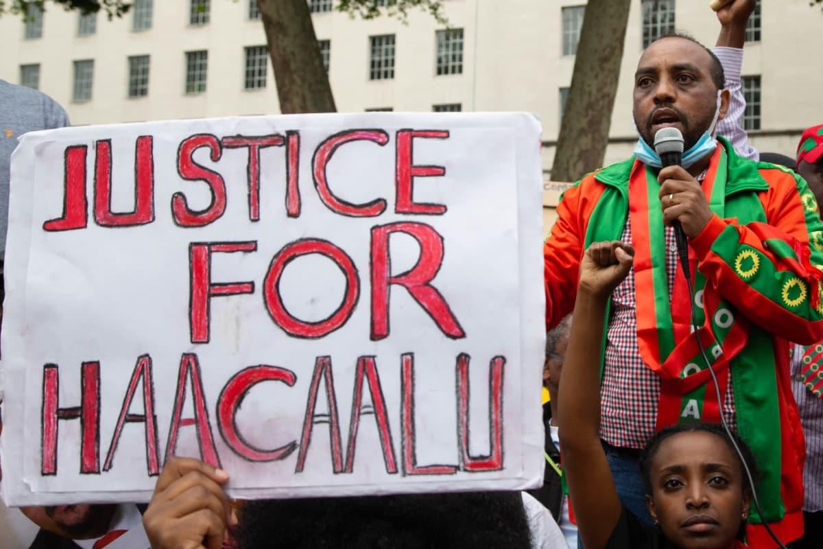 Mielenosoittajia Lontoossa vaatimassa oikeutta kuolleelle laulajalle Hacalu Hundessalle.
