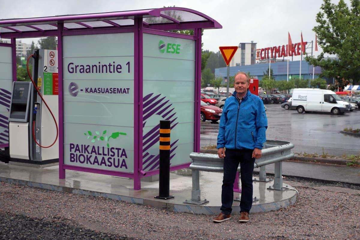 Etelä-Savon Energian hallituksen puheenjohtaja Heikki Nykänen Mikkelin Graanin kaasutankkausasemalla.