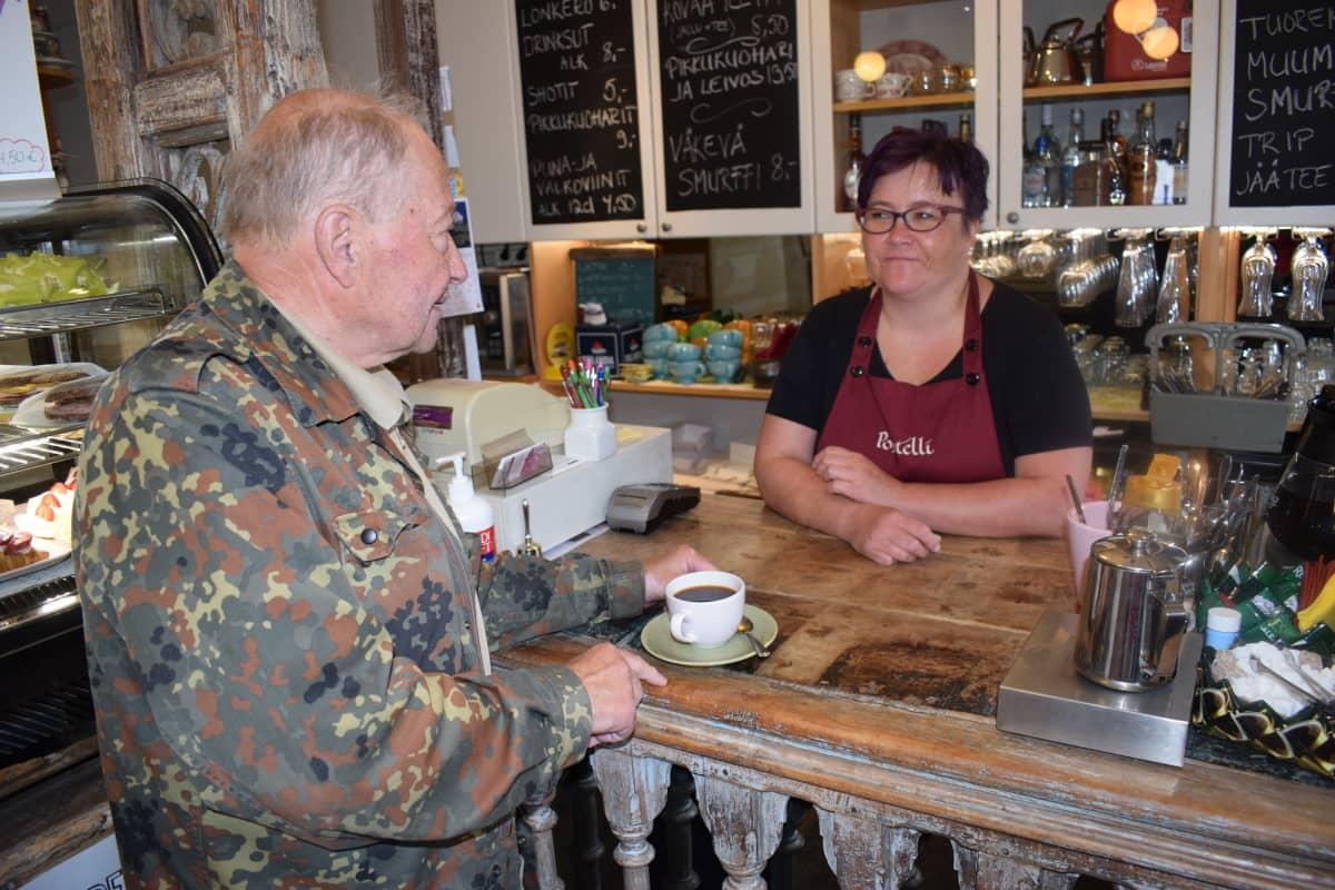 Pekka Termala ja Elina Kivikoski kahvilassa.