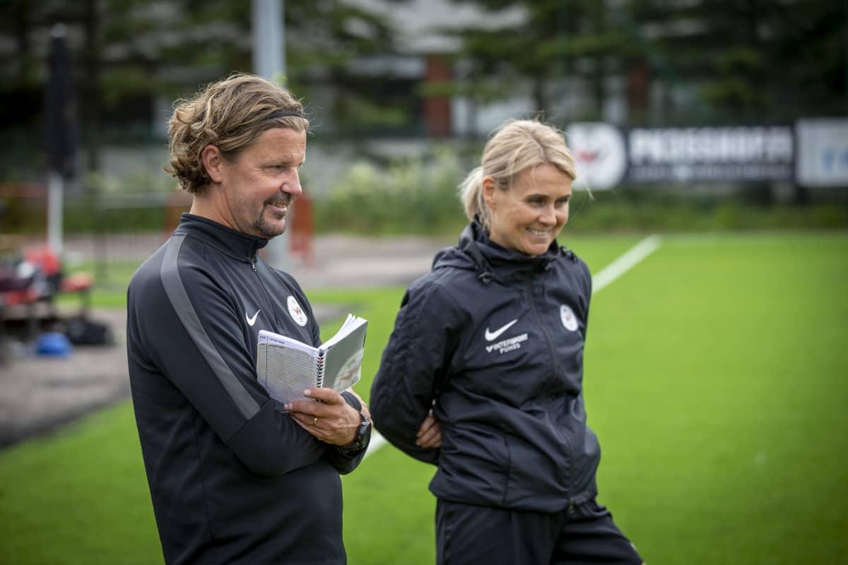 PK-35 naisten edustusjoukkueen valmentajat Rami Rantanen ja Anne-Maria Weckström ovat luotsanneet joukkuetta B-juniorikäisistä.