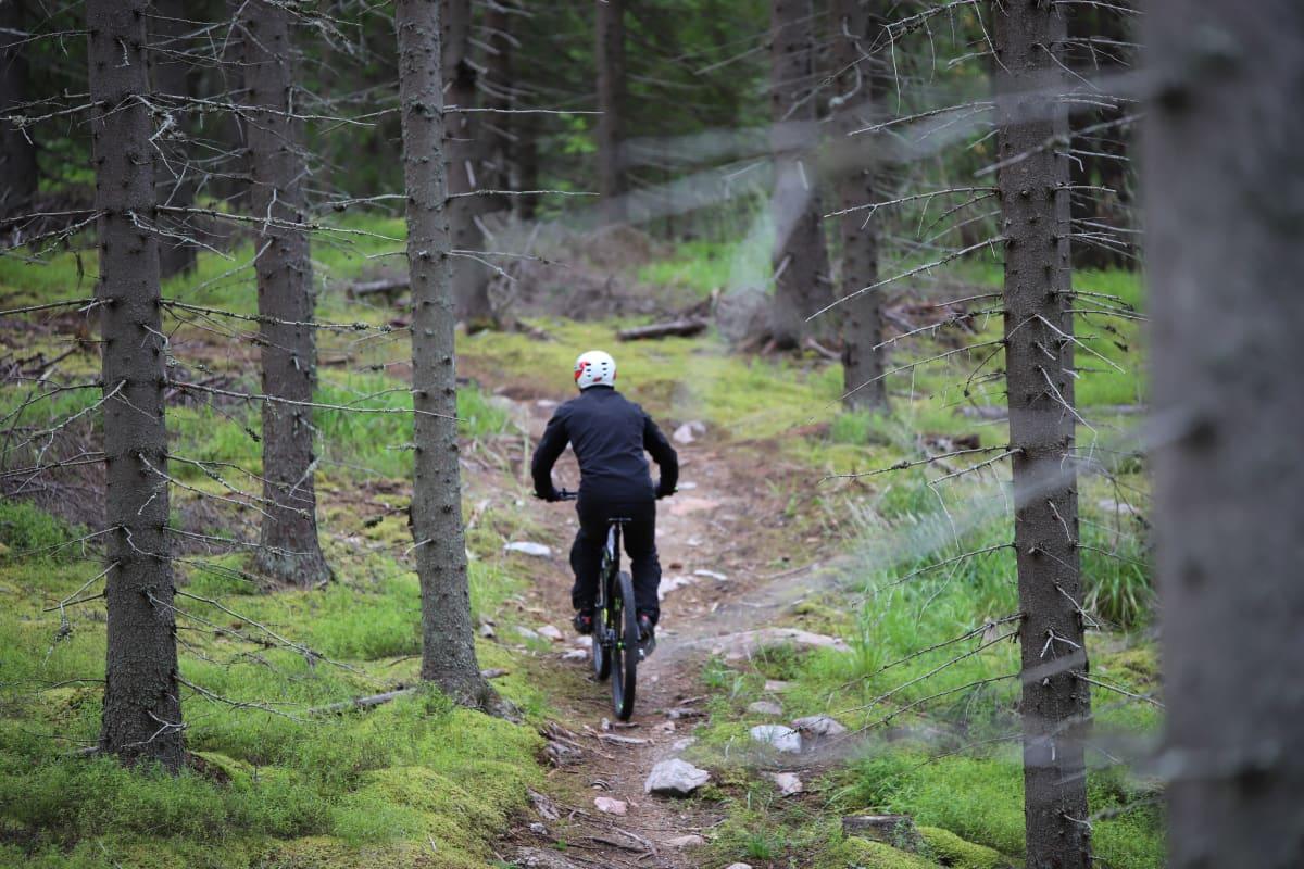 Jukka Kinnunen ajamassa maastopyörällä Reporeitillä.