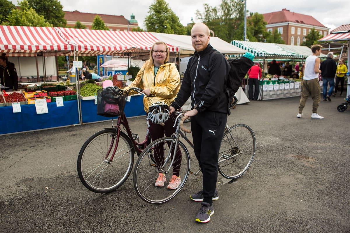 Laura Ikävalko ja Timo Nordfors Tammelantorilla.