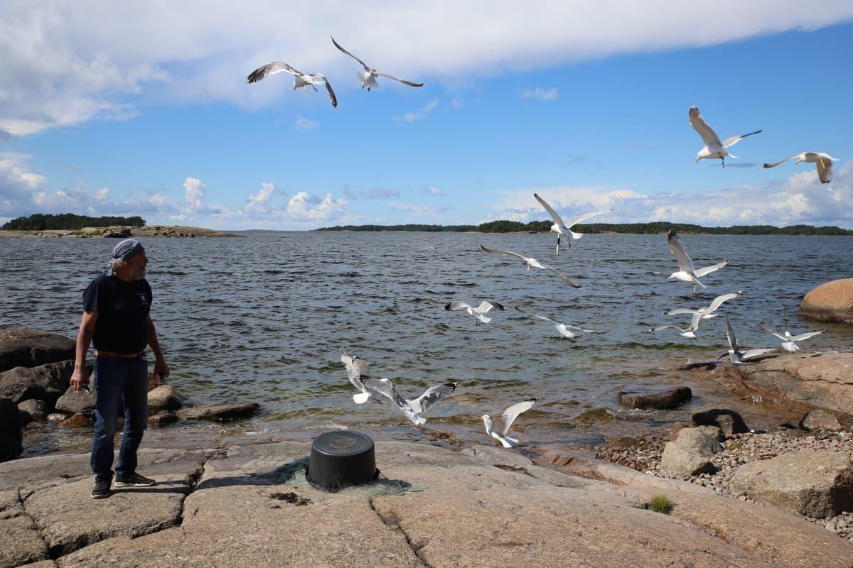 Kalastaja Jukka Hakala Haapasaaren rannalla Kotkassa.