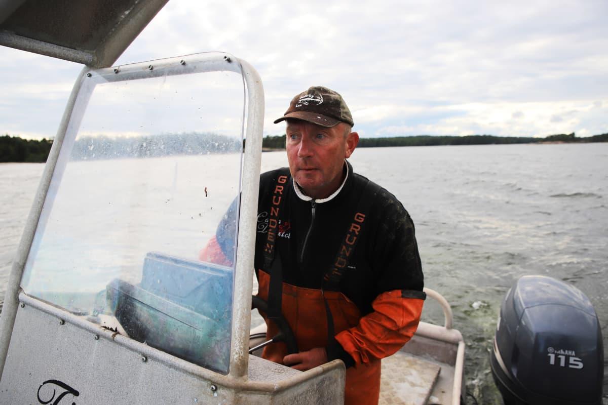 Kalastaja Miakel Lindholm ajamassa veneellä Loviisassa.