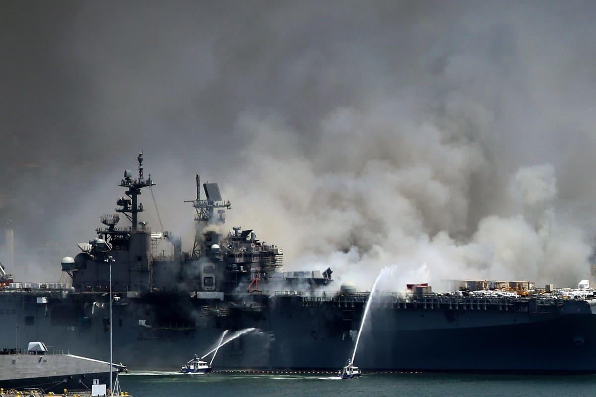 Räjähdys aiheutti mittavan tulipalon maihinnousutukialuksella San Diegossa.