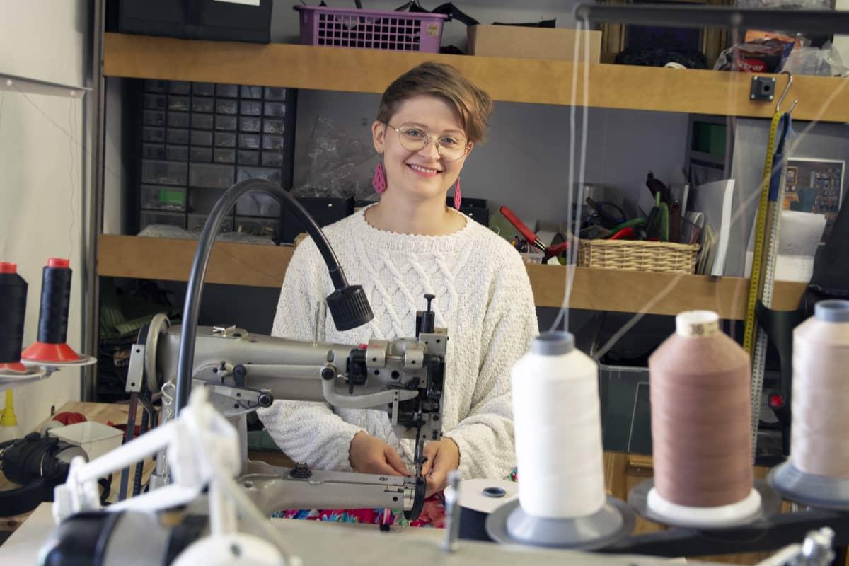 Anni Jokinen työtilassaan Tampereeen Hiedanrannassa