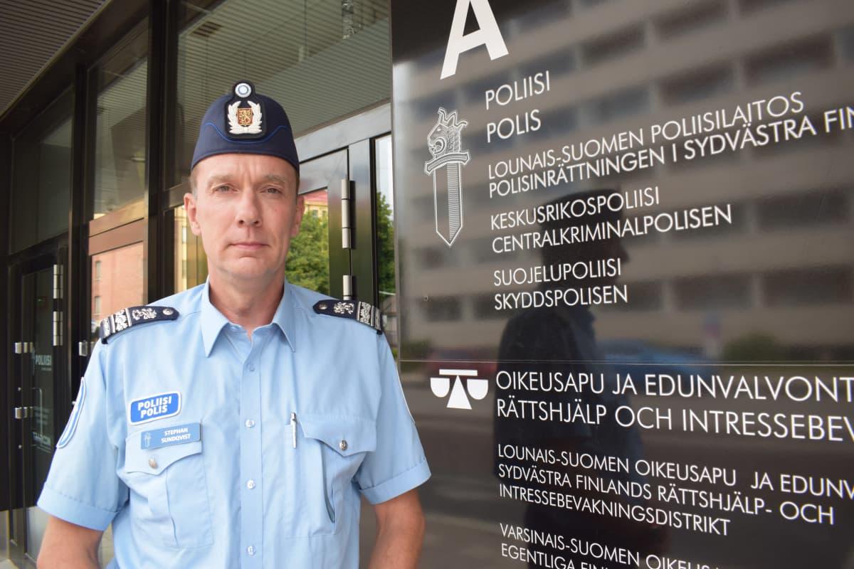Ylikomisario Stephan Sundqvist Turun pääpoliisiaseman edessä.