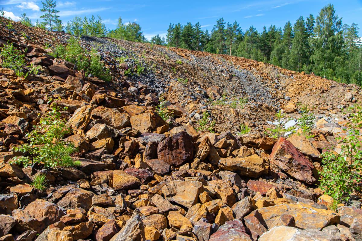 Telkkälän kaivoksen sivukiven jätealue.