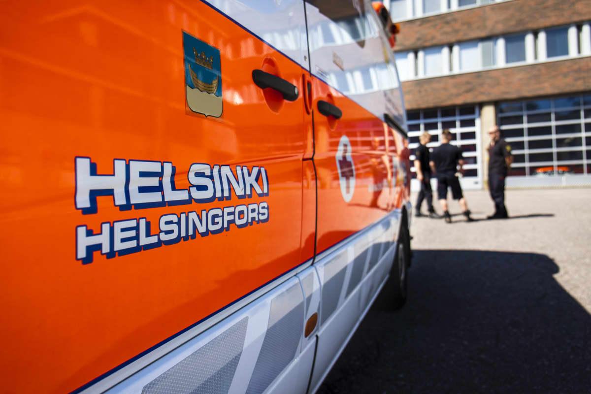 Ambulanssi Helsingin keskuspelastusaseman pihalla