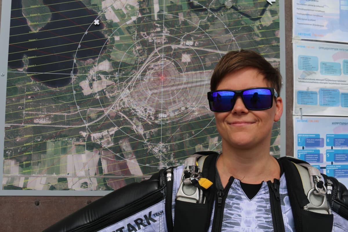 Laskuvarjohyppääjä Pilvi Juvonen Utin lentokentällä