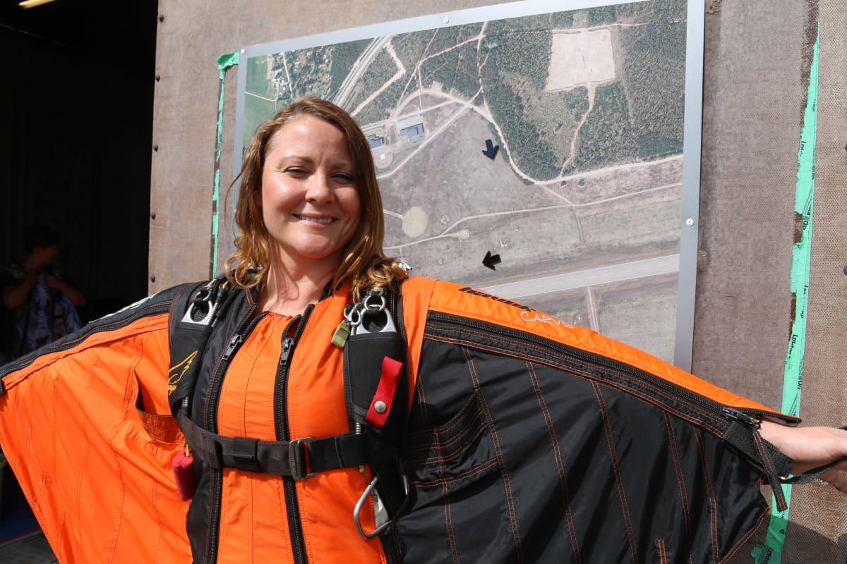 Laskuvarjohyppääjä ja Skydive Finland -kerhon tiedottaja Faye Lawson Utin lentokentällä