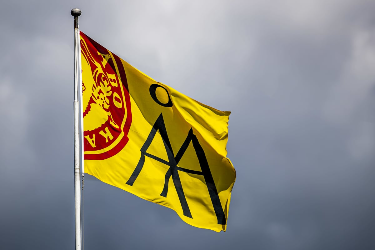 Åbo Akademin keltainen lippu liehuu Salossa.