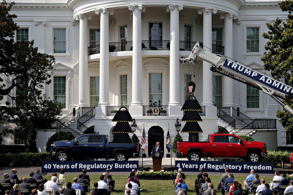 Yhdysvaltojen istuva presidentti Donald Trump luotti autoteemaan vaalitilaisuudessa Valkoisen talon edustalla 16. heinäkuuta 2020.