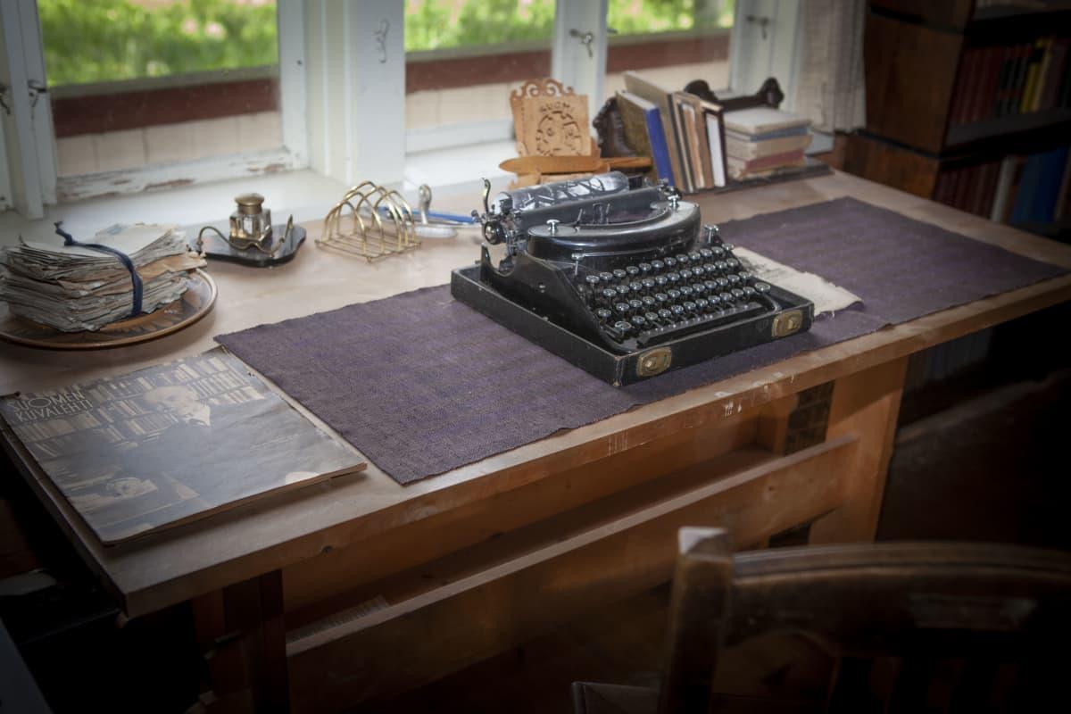 Anni Swanin kirjoituskone kesäasunnon työhuoneessa.