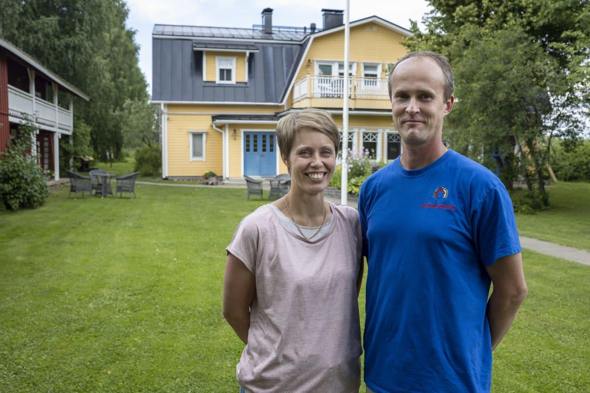 Kalle ja Laura Björn kotitalonsa pihamaalla