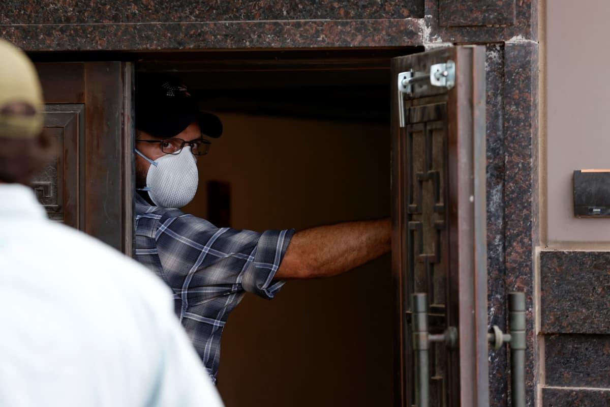 Viranomaisia seisomassa ovensuussa Kiinan konsulaatissa Houstonissa.