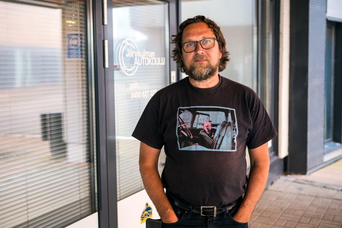 Autokoulunopettaja Jyri Annala Kangasalla Järvikulman autokoulun edessä.
